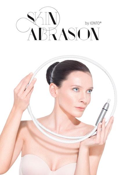 Skin Abrasion by IONTO Werbefoto von Frau