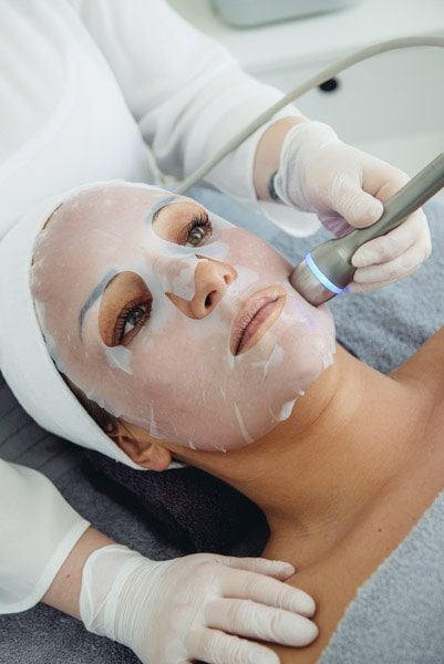 Frau bei Gesichtsbehandlung im Kosmetikstudio Sendling