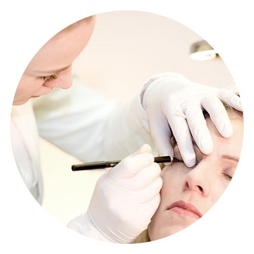 Frau lässt sich Permanent Make Up für Augenlider im Kosmetikstudio Sendling machen