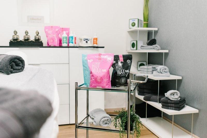 Pink Waxing Behanldungszimmer im Kosmetikstudio Sendling