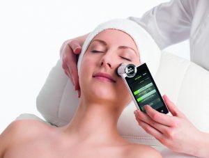 Junge Frau bei einer Hautanalyse im Kosmetikstudio Sendling