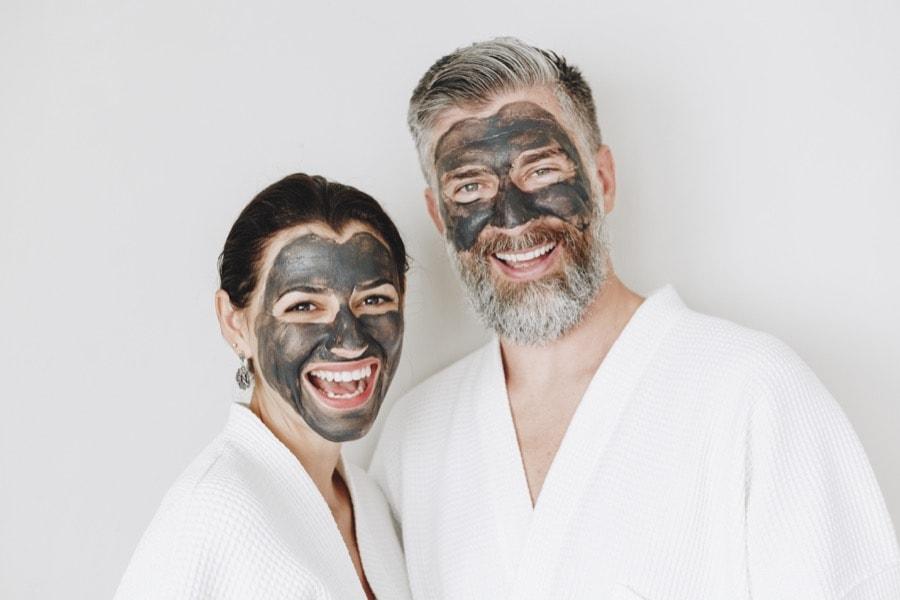 Pärchen bei Gesichtsbehandlung im Kosmetikstudio Sendling