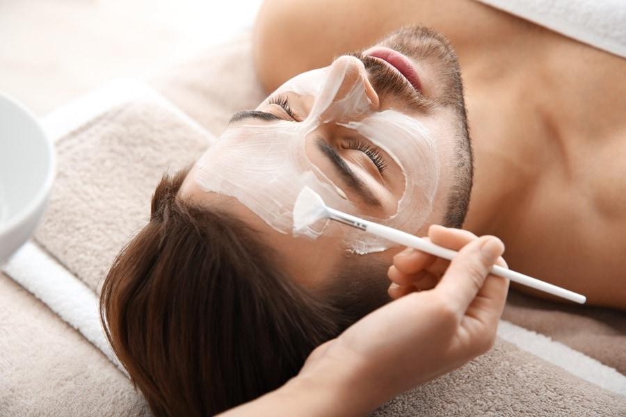Mann bei Gesichtsbehandlung im Kosmetikstudio Sendling