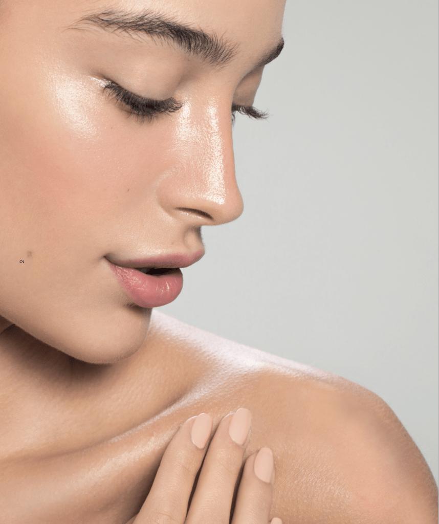 Frau mit reiner Haut im Kosmetikstudio Sendling