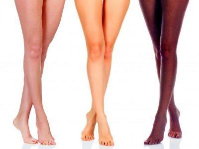 Drei Frauenbeine nach dem Waxing im Kosmetikstudio Sendling