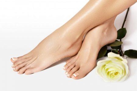 Gepflegte Frauen Füße nach Pediküre im Kosmetikstudio Sendling