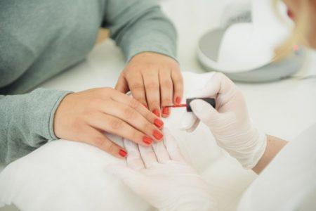 Frau bei Maniküre im Kosmetikstudio Sendling