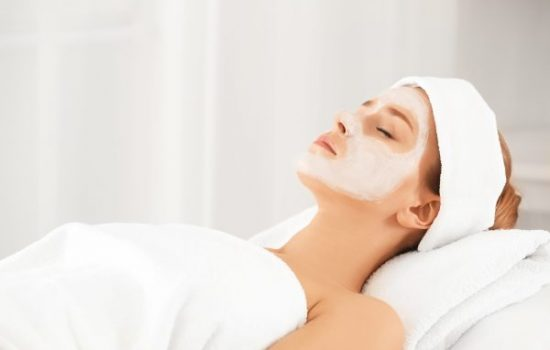 Junge Frau mit einer Gesichtsmaske