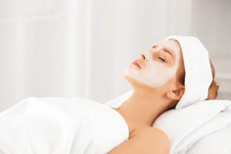 Junge Frau mit einer Gesichtsmaske im Kosmetikstudio Sendling
